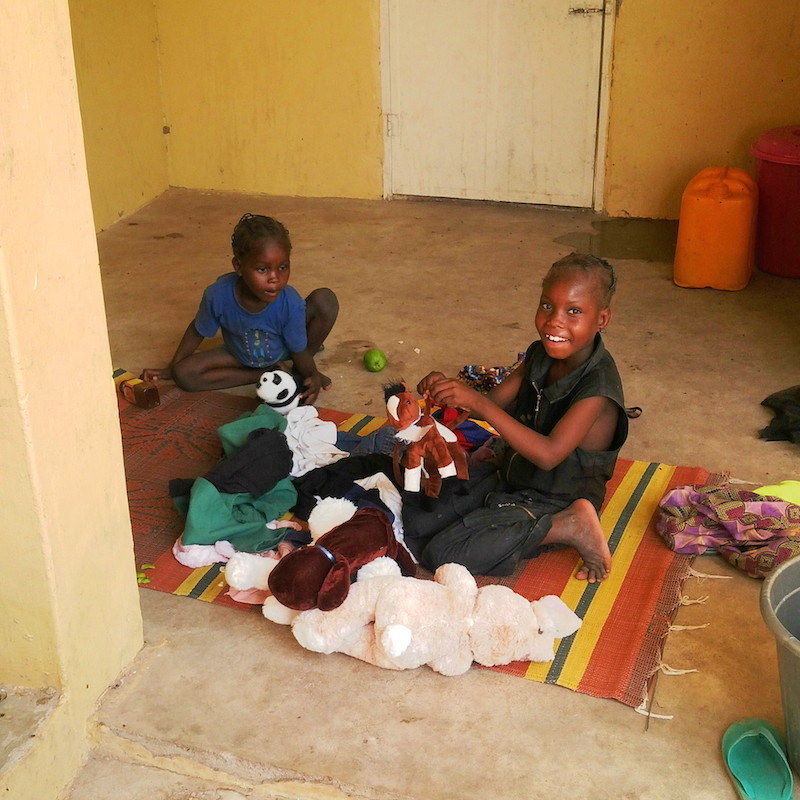 children playing with toys site